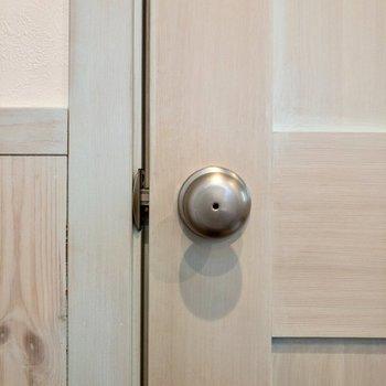 脱衣所のドア。色合いがド◯えもん。