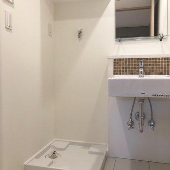 【下階】洗面台にあしらわれた茶色いタイルが素敵。