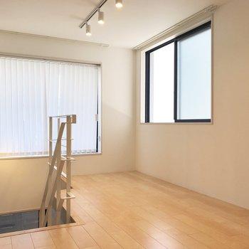 【上階】大きな窓にはブラインドカーテン付き。
