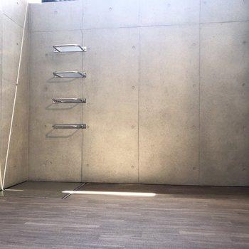 【下階】階段すぐ近くにドライエリア。広いなあ。
