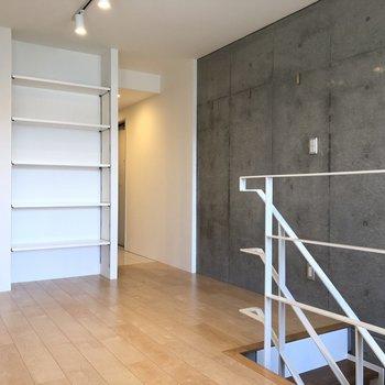【上階】可動式の棚もあり。