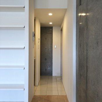 【上階】玄関スペースはタイル貼り。