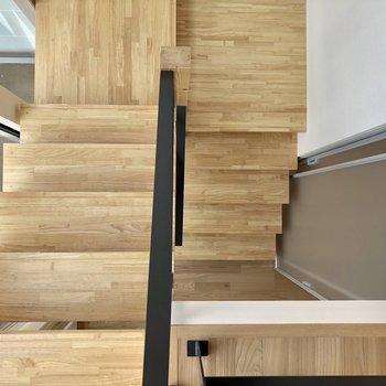 階段も幅がしっかりあり登りやすい!さて2階へ。(※写真は同間取り別部屋のものです)