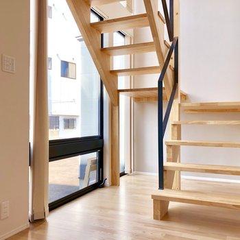 まずこの階段!木と陽光が相まって温もりのある空間を演出。(※写真は同間取り別部屋のものです)