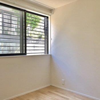 1階の奥の洋室!出窓になっているので、壁付けで家具置けます!(※写真は同間取り別部屋のものです)