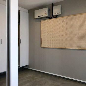 玄関はコンクリの様な雰囲気!かっこいい!有孔ボード上手く活用しましょう!(※写真は同間取り別部屋のものです)