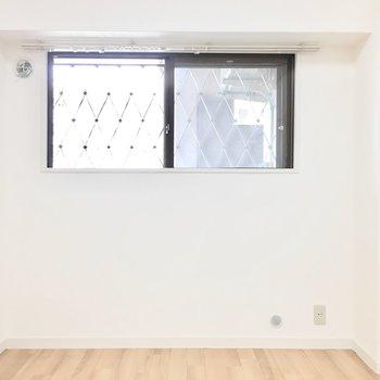洋室②】次はお隣の洋室へ。全部屋が窓付◎