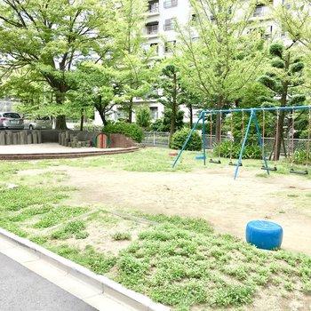 目の前に公園もあります。お子さんと近くで遊ぶことこもできます。
