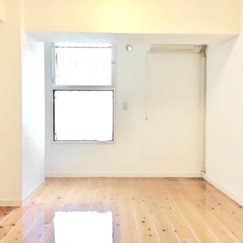 洋室①】6帖の洋室へ。この部屋も窓があって風通しもしっかりと。