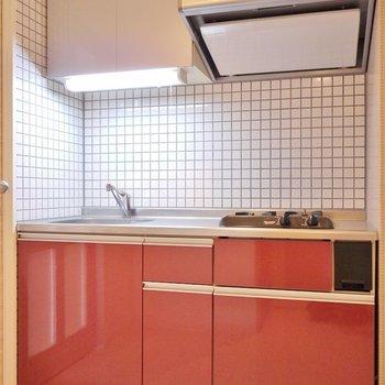 赤がとってもかっこいいキッチン。※写真は同タイプ別部屋。