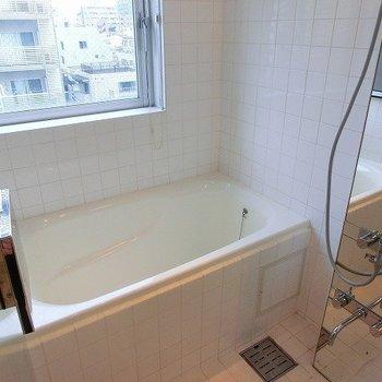 大きな窓にスケスケ扉のお風呂場※写真は8階の同間取り別部屋のものです
