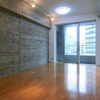 打ちっぱなしのクールな壁※写真は8階の同間取り別部屋のものです