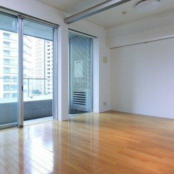 二面採光の角部屋です。※写真は8階の同間取り別部屋のものです