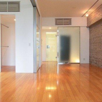 綺麗な室内。※写真は8階の同間取り別部屋のものです
