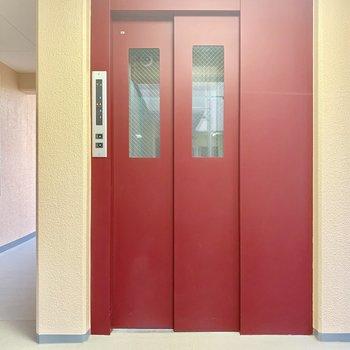 赤が印象的なエレベーター。