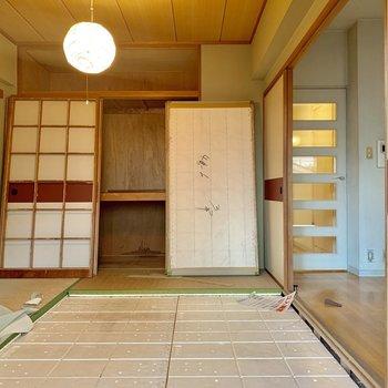 【工事前】無垢床が貼られ、くつろぎスペースに。