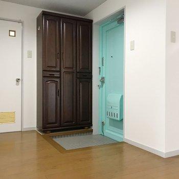 玄関扉も同じ色で爽やかな雰囲気!