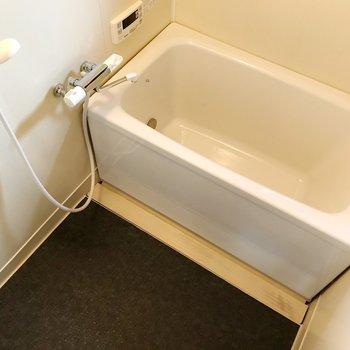 お風呂はサーモ水栓に追焚機能もつきました◎