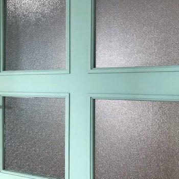 この扉の可愛さ伝えたい。ラフな塗装がいい味出してます。