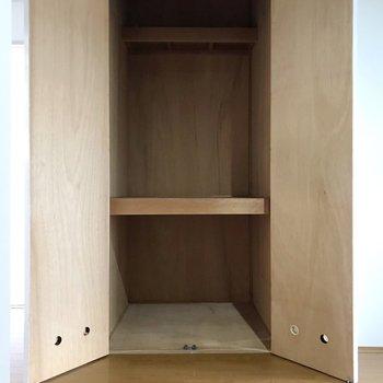 扉の中は収納でした。下着や部屋着などを置いておくのにちょうどいいですね。