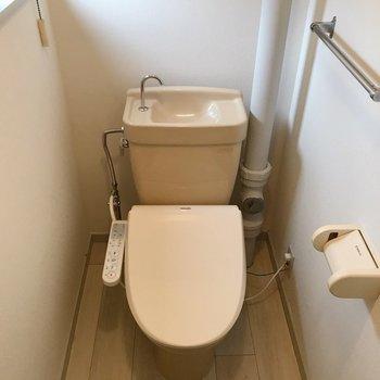 トイレにも窓。ウォシュレット付きです。