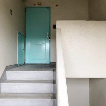 お部屋までは階段をぐるぐる。お隣さんと顔を合わせることがないので気が楽ですね〜