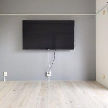 【洋室①】リビング隣の洋室には、なんと4K大型(60インチ)テレビが付いています!