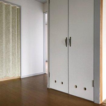 反対側には脱衣所と、奥には洋室。