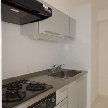 広々キッチン。(※写真は9階同間取り別部屋、南向きのものです)