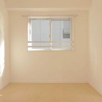 洋室も採光性ばっちり。(※写真は9階同間取り別部屋、南向きのものです)