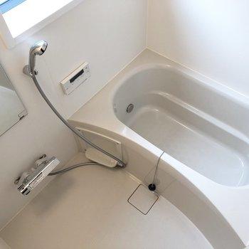 浴室にも窓!シャンプー台も2段付き。
