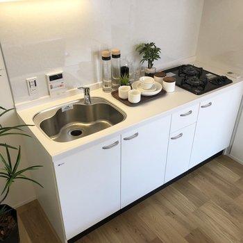カットスペースもあり、料理が楽しくなりそうなキッチンです。※家具はサンプルです
