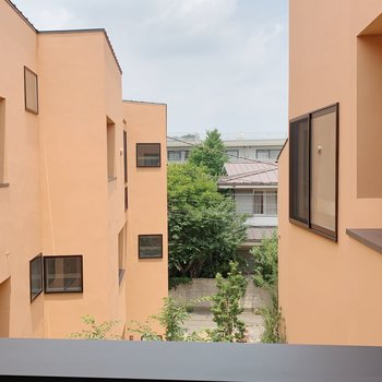 眺望は同じ物件の建物。