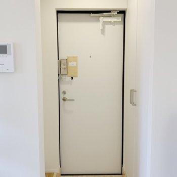 白が気持ちのいい玄関。