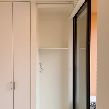玄関収納横が洗濯機置場。