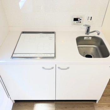 2口IHコンロの真っ白キッチン。