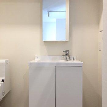 鏡と洗面台が分離していてスタイリッシュ。