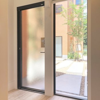 玄関ドア横の窓はロールスクリーンが下ろせます。
