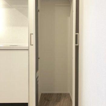 キッチン横のクローゼットはスリム。※写真は前回募集時のものです