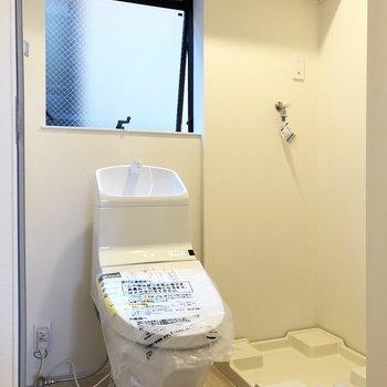 トイレと洗濯機置き場が隣り合います。※写真は前回募集時のものです