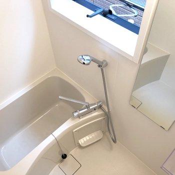 浴室も窓付き。※写真は前回募集時のものです