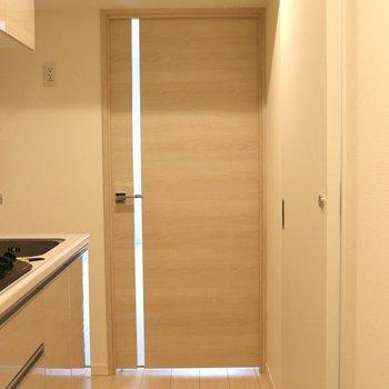 リビング入口の木目調のドア