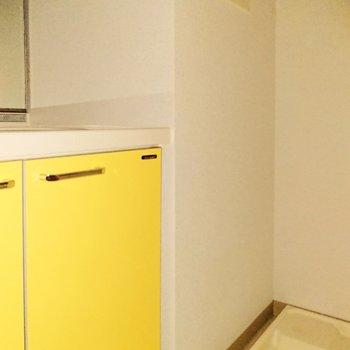 洗濯機は洗面台の隣です。※写真は通電前のものです