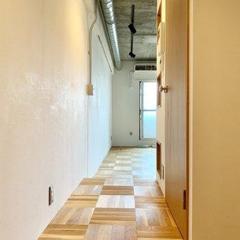 お部屋入って、この素敵な床が続きます。