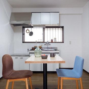 【DK】賑やかなキッチンと食卓が想像されます。