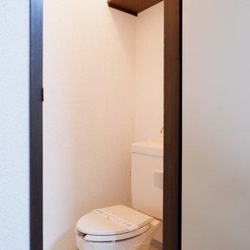 トイレはシンプル。上段には棚があります。