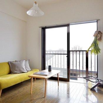 【洋室5帖】南向きの窓からは太陽の光が燦々と入ってきます。