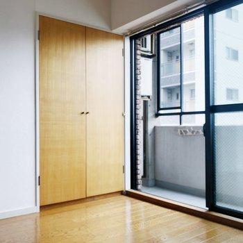 洋室は寝室として使うのはどうでしょうか? 収納もあるので便利ですね。