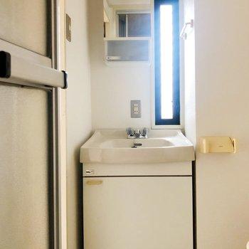 タオル掛けも収納もあるので、1人暮らしには十分ですね。
