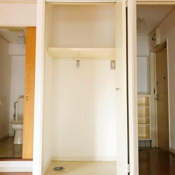 洗濯置き場もあり、上の棚には洗剤なども置けるスペースがありますよ。